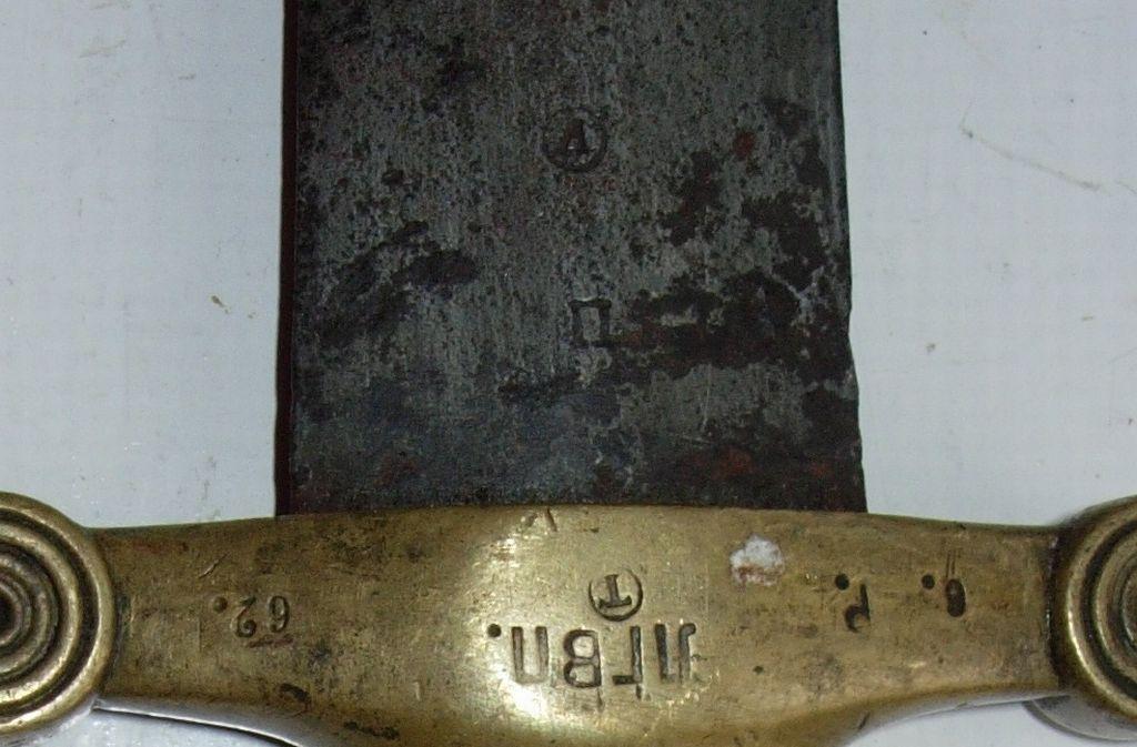 Рис.11 Клеймо артилерійського прийомщика полковника Лоди та прийомне клеймо П на п'яті піхотного тесака зразка 1848 року (НВІМУ).